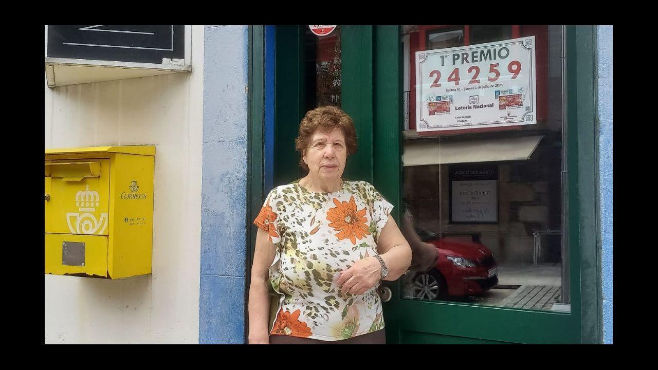 Los hermanos Jesús y Fernando Pazos dirigen la administración de lotería Pichita, en Santa Clara. Explican que, a pesar de ser año santo, el arranque de la campaña para el gordo de Navidad está siendo flojo porque hay menos peregrinos que otros años haciendo el Camino Inglés, que pasa frente a su negocio.