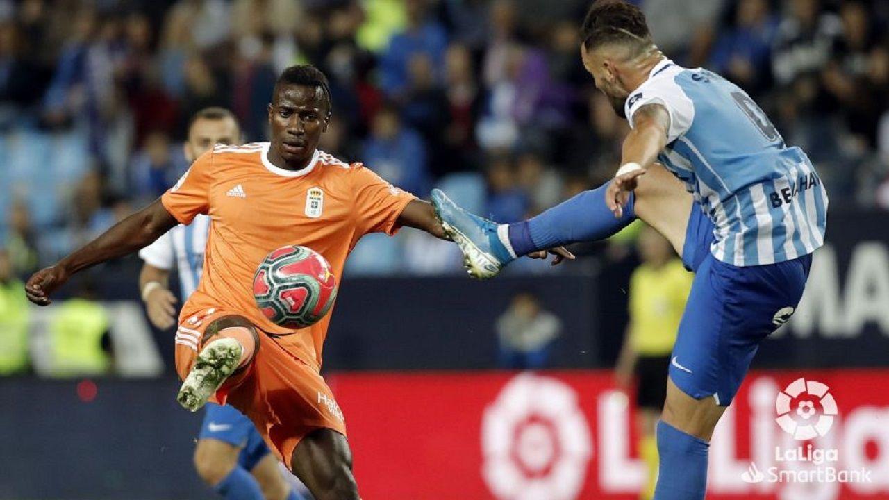 Ibra SadikuMalaga Real Oviedo La Rosaleda.Ibra pugna por un esférico con Sadiku
