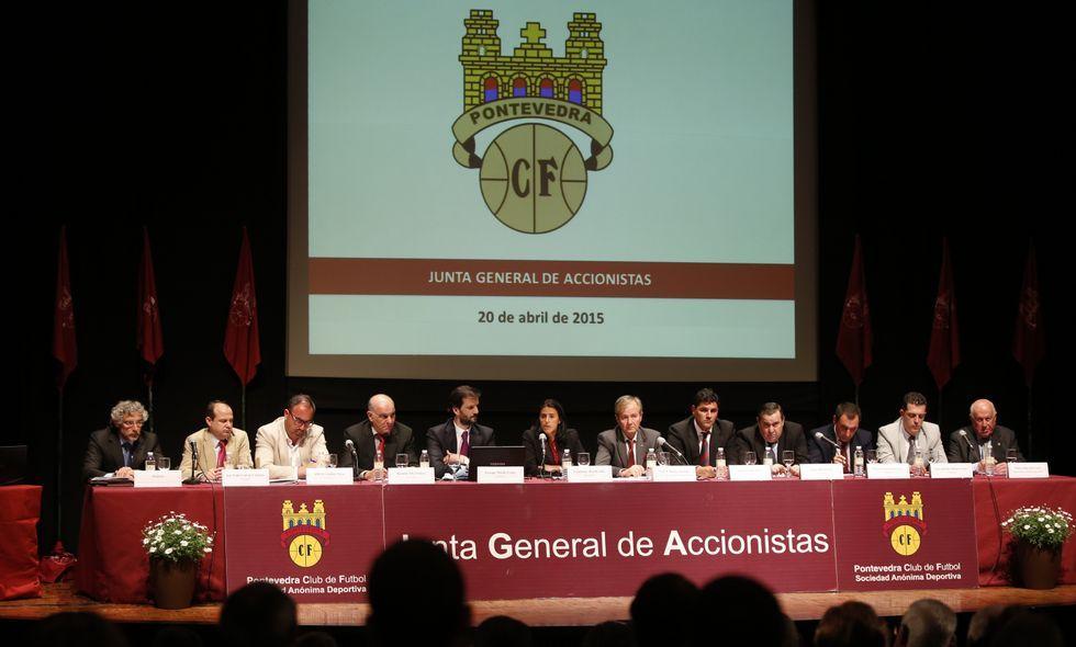 Un momento de la junta ordinaria de ayer, celebrada en el Teatro Principal de Pontevedra.