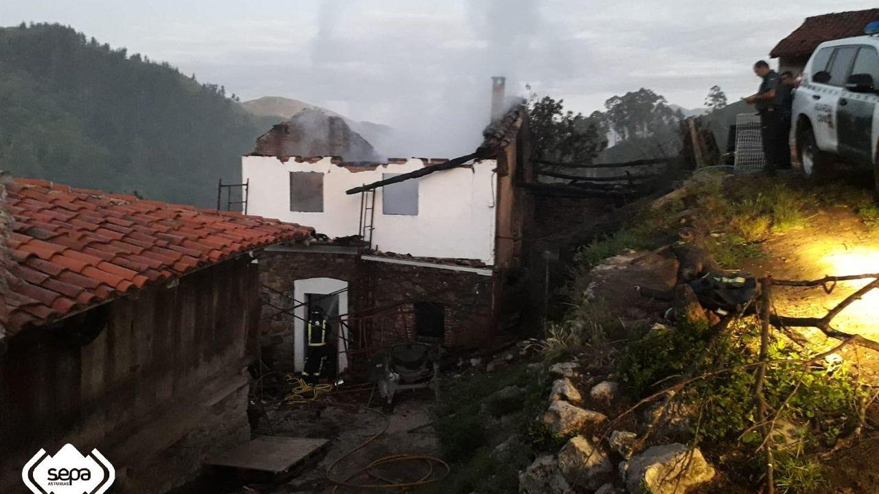 El agua anega Llanes.Incendio urbano en Cangas de Onís