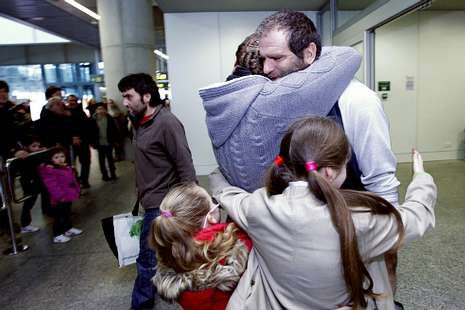 Uno de los tripulantes, en una emotiva escena ayer en Santiago.