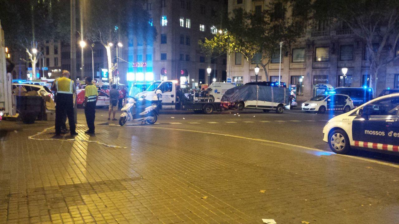 Atropello mortal en el cruce de la ronda de Nelle con la avenida Finisterre.Imagen de archivo del momento en el que se retira la furgoneta del atentado de Barcelona del 2017