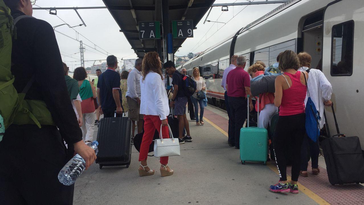 Huelga de trenes en Galicia.Familia afectada por la anulación de un tren con destino al País Vasco