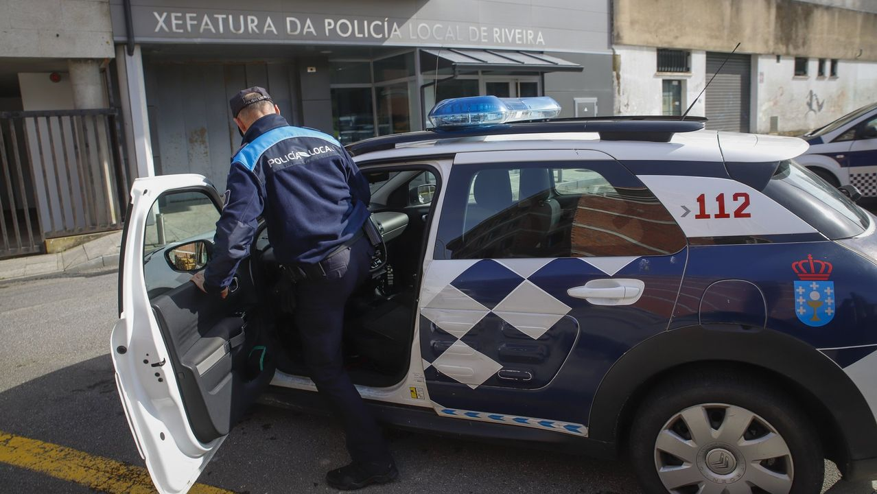 Fotografía de archivo de un agente de la Policía Local de Ribeira