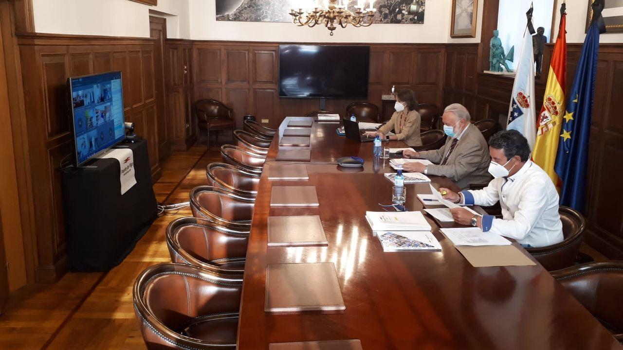 Las amplaiciones de viales que el Estado sí pagó.Rafael Rodríguez Villarino, durante su comparecencia, en la que le acompañaron el resto de concejales socialistas