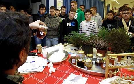 Los alumnos de la EFA Fonteboa, ayer, durante las explicaciones posteriores a las conferencias.