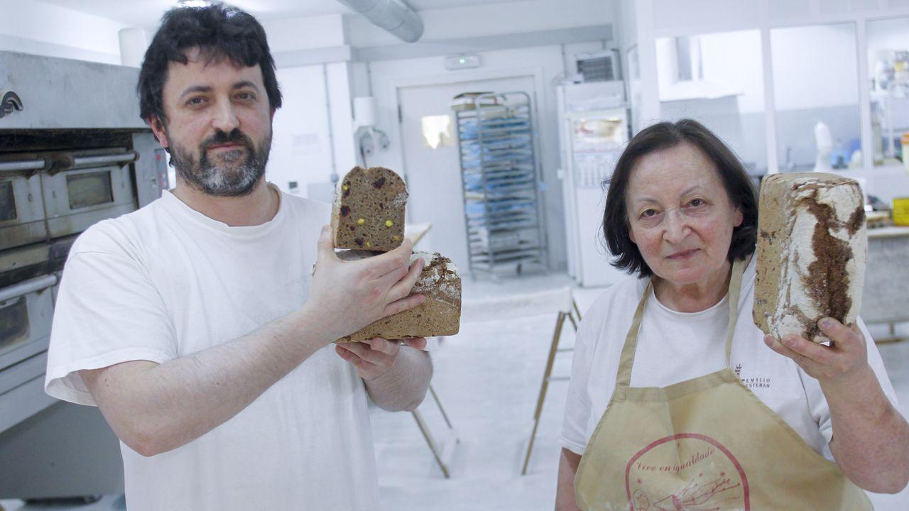 Alexandre e a súa nai, Toñita do Coxo, con dúas pezas de pan de centeo con mel, pistachos e arandos, que acababan de sacar do forno