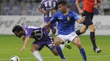 Aguirre disputa un balón en un Oviedo-Valladolid