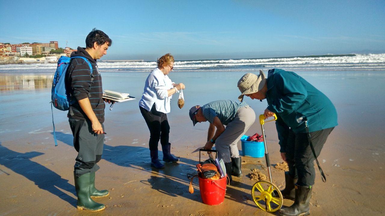 Investigadores del Incar, ayer, tomando muestras en San Lorenzo
