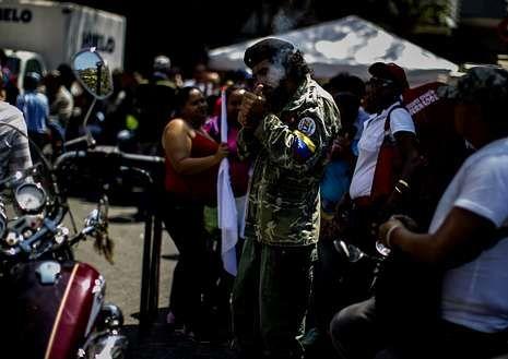 El papa Francisco recibe a Obama.Un manifestante a favor de Maduro en Chacaíto.
