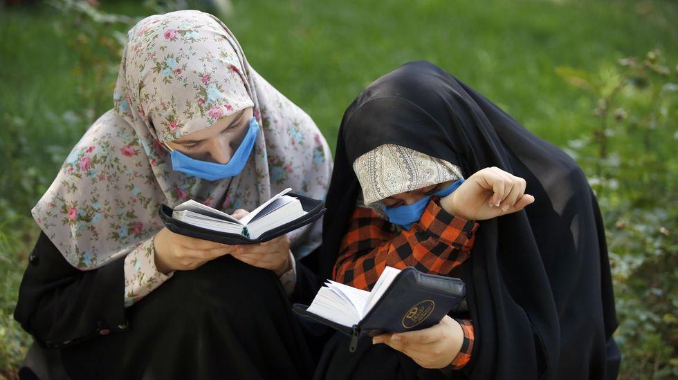 Creyentes llevando mascarilla en una ceremonia de rezo en Tehran, Iran
