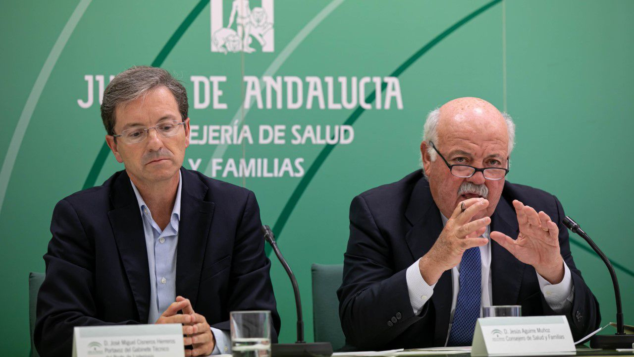El consejero de Salud y Familias, Jesús Aguirre  junto al portavoz del gabinete técnico de la consejería, José Miguel Cisnero.