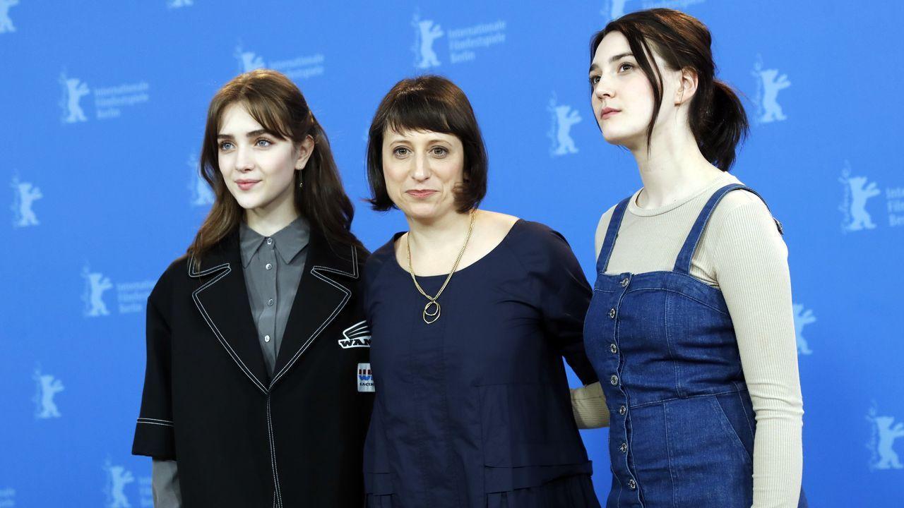 La directora Eliza Hittman, flanqueada por las actrices Sidney Flanigan y Talia Ryder