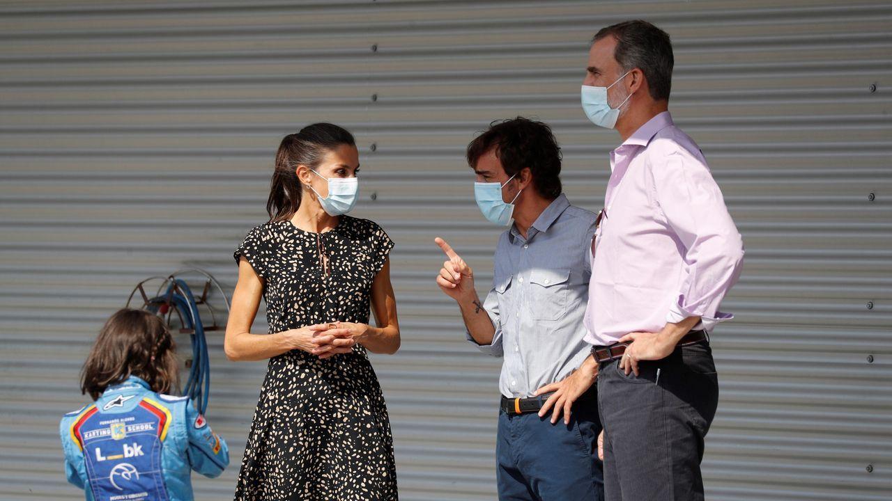 Los reyes Felipe (d) y Letizia (i), junto al piloto español de Fórmula 1 Fernando Alonso (c), durante su visita al Museo y Circuito Fernando Alonso