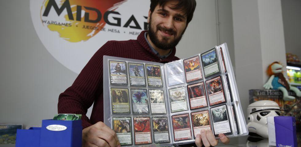 Josuha Acuña muestra algunas de las cartas de las que dispone para disputar las partidas de «Magic. The Gathering».