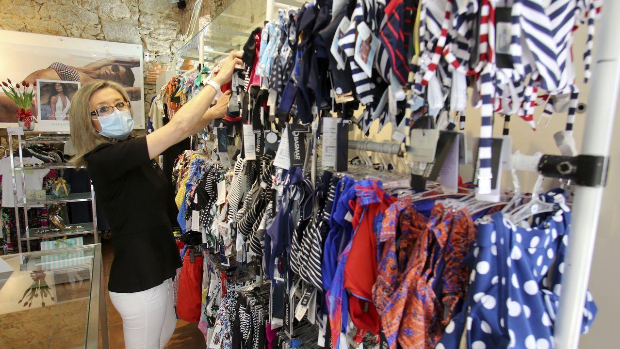 En la imagen, Cuqui Ameneiros, dependienta de la tienda de lencería y ropa de baño Paula