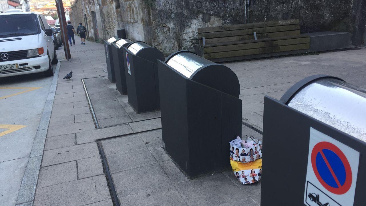 Los compostelanos siguen dejando la basura en la calle