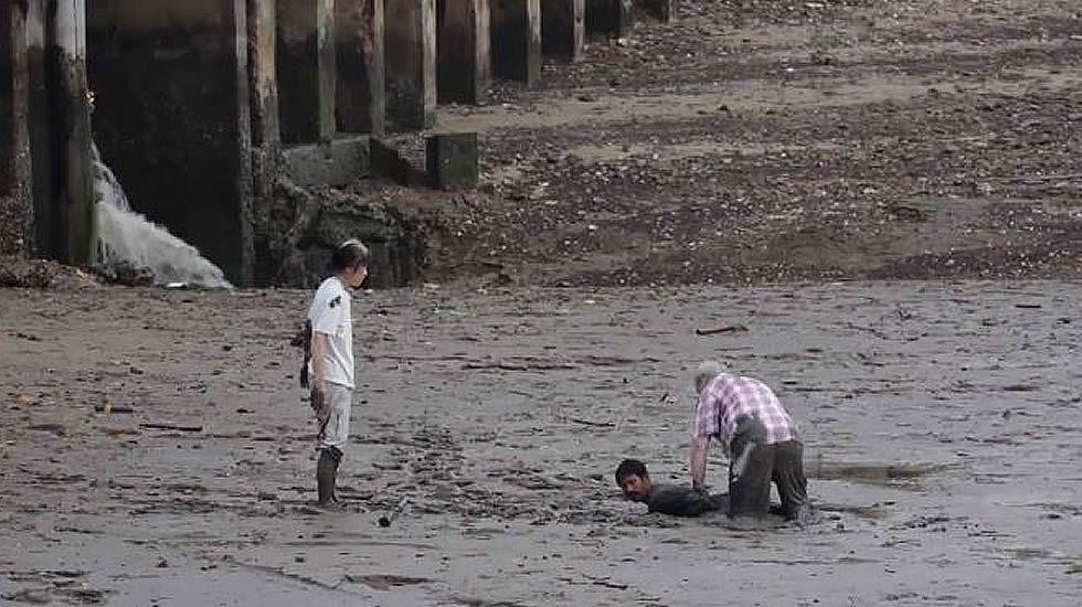 Rescate de dos turistas noruegos hundidos en el lodo en Tailandia