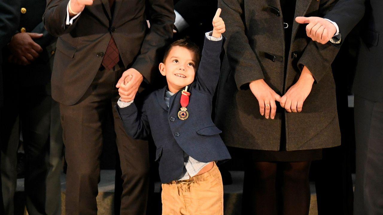 El héroe de 4 años que salvó a su madre de morir ya tiene una medalla