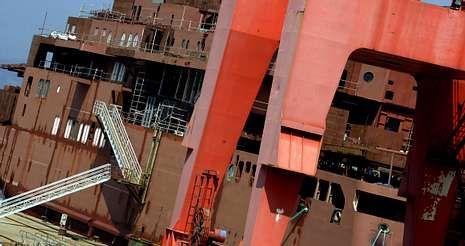 hamburguesa.El casco del ferri permanece amarrado en el muelle del astillero desde el pasado 16 de junio, que llegó remolcado a Vigo.