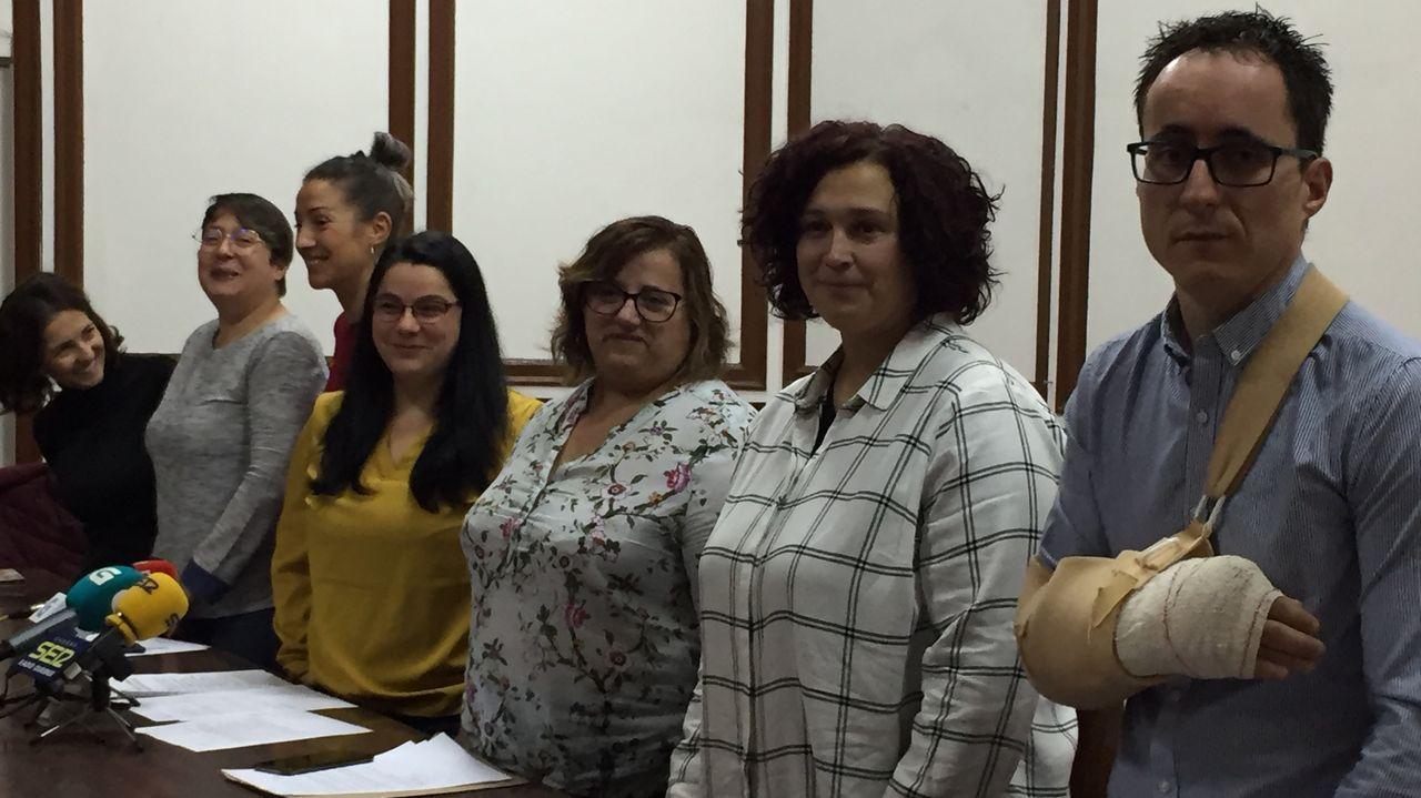 El ministro Botero pasa por detrás del senador Roy Barreras, durante la sesión sobre la moción de censura en el Senado