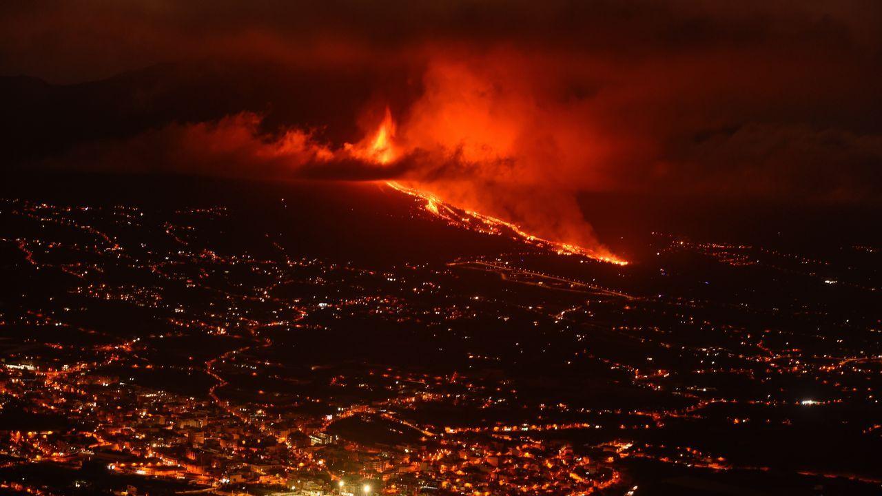 La erupción del volcán de La Palma deja lava y una columna de humo negro