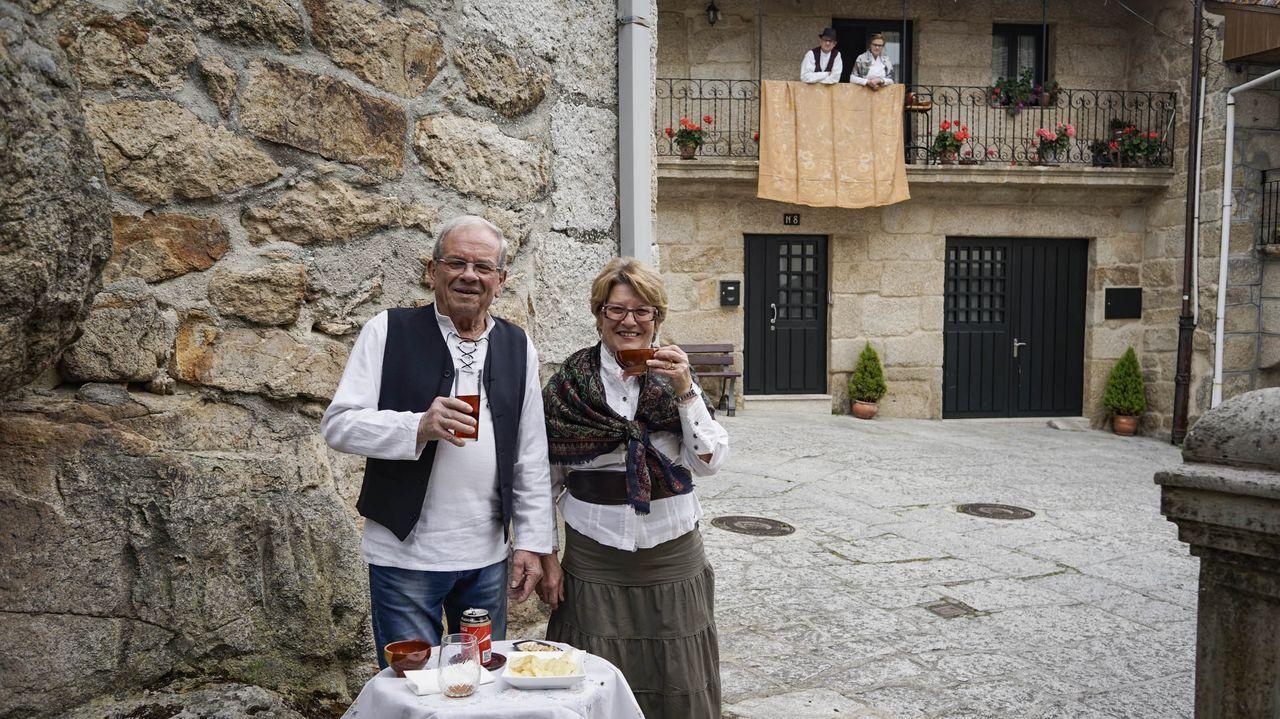 Hora del vermú en Seixalbo.Antonio Castro, en una foto tomada hace un año en la terraza de uno de sus restaurantes, Casa Damián, junto a la playa focense de A Rapadoira