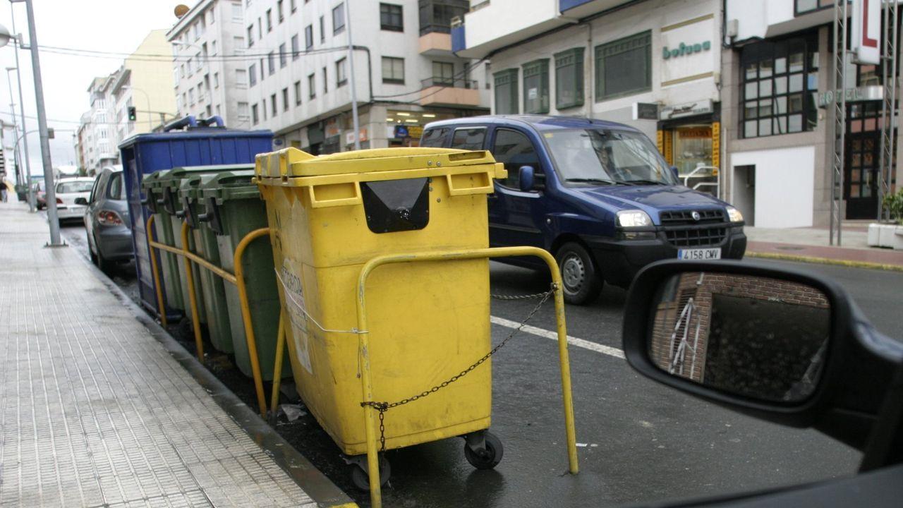 DESTROZOS Y ABANDONO EN EL PARQUE PERIURBANO DE SAN ROQUE.Contenedores de recogida de residuos en Burela