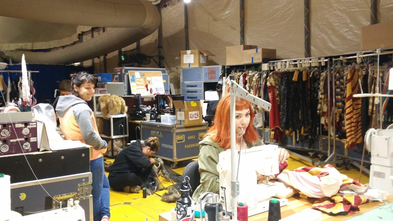 Kooza.Una empleada del Circo del Sol retoca a máquina uno de los trajes