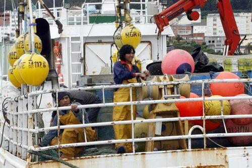 El vídeo de la monumental descarga de bocarte en Burela.Barcos de Gran sol como este de A Mariña (foto de archivo) recurren a indonesios desde hace más diez años por la falta de tripulantes