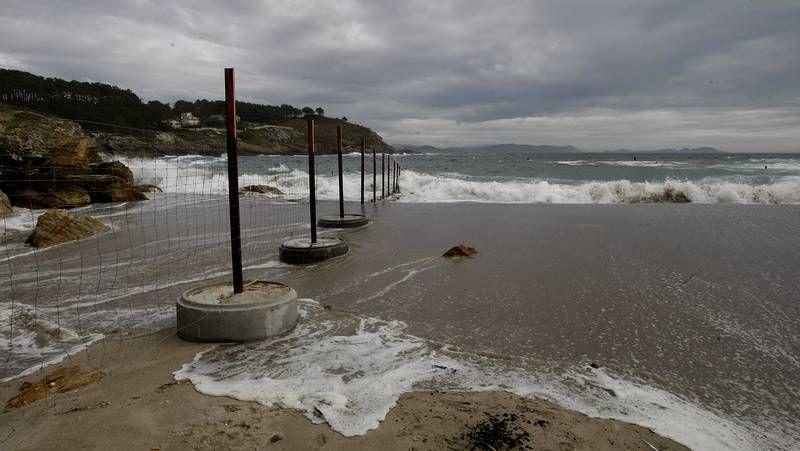 Coincidiendo con la pleamar, las olas pasaban por encima el espigón focense.