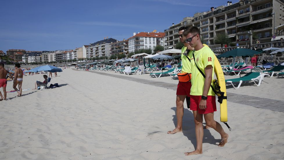 Gélido chapuzón por la playa de Pescadoira