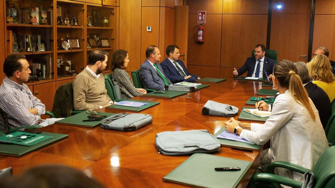 Reunión en la sede de empresas de Caja Rural de la entidad y la Cámara de Comercio de Oviedo para la  presentación de «Agendados, Listos, Ya»