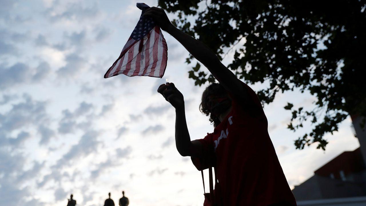Un hombre desafía a los soldados de la Guardia Nacional desplegados en Minneapolis