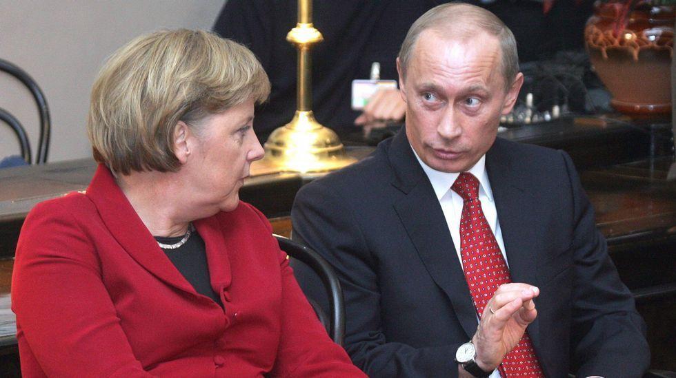 El exdirector del FBI acusa a Trump de «mentir».Vladimir Putin conversa con la canciller alemana Angela Merkel durante una cumbre bilateral celebrada en Rusia