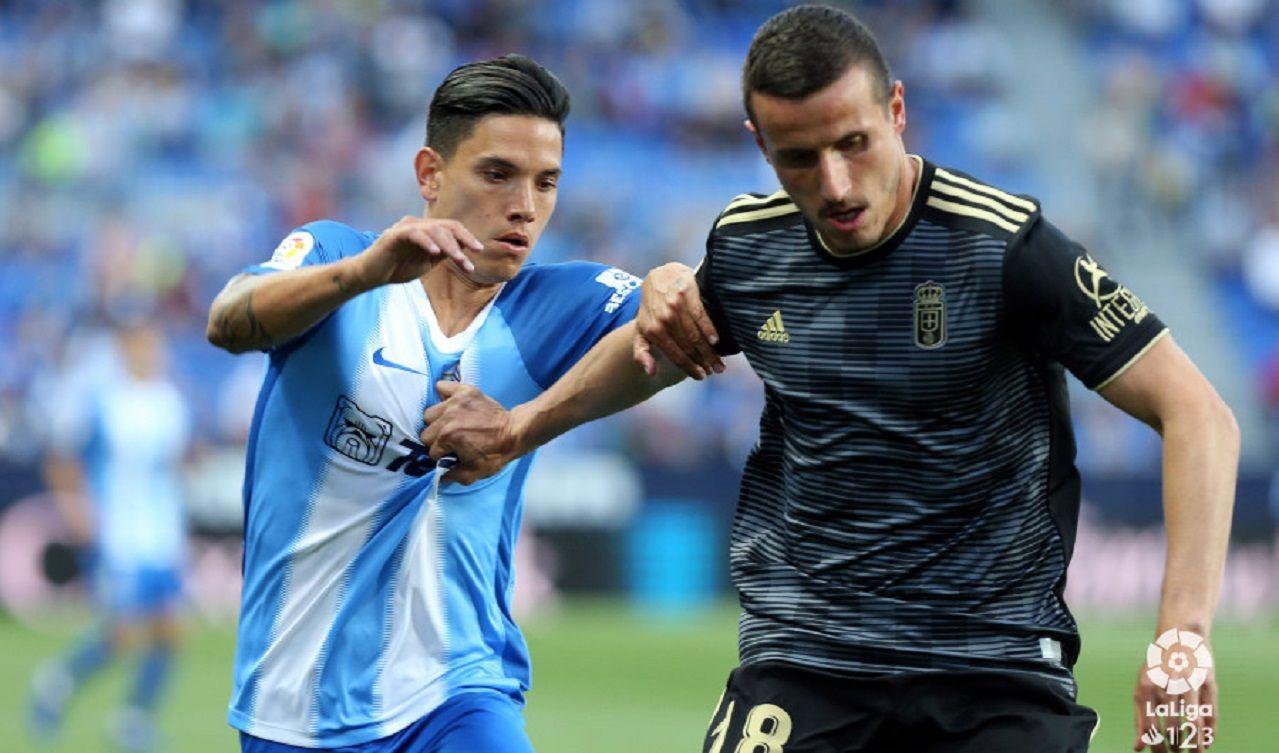 Christian Fernandez Renato Santos Malaga Real Oviedo La Rosaleda.Christian Fernández pugna por un esférico con Renato Santos
