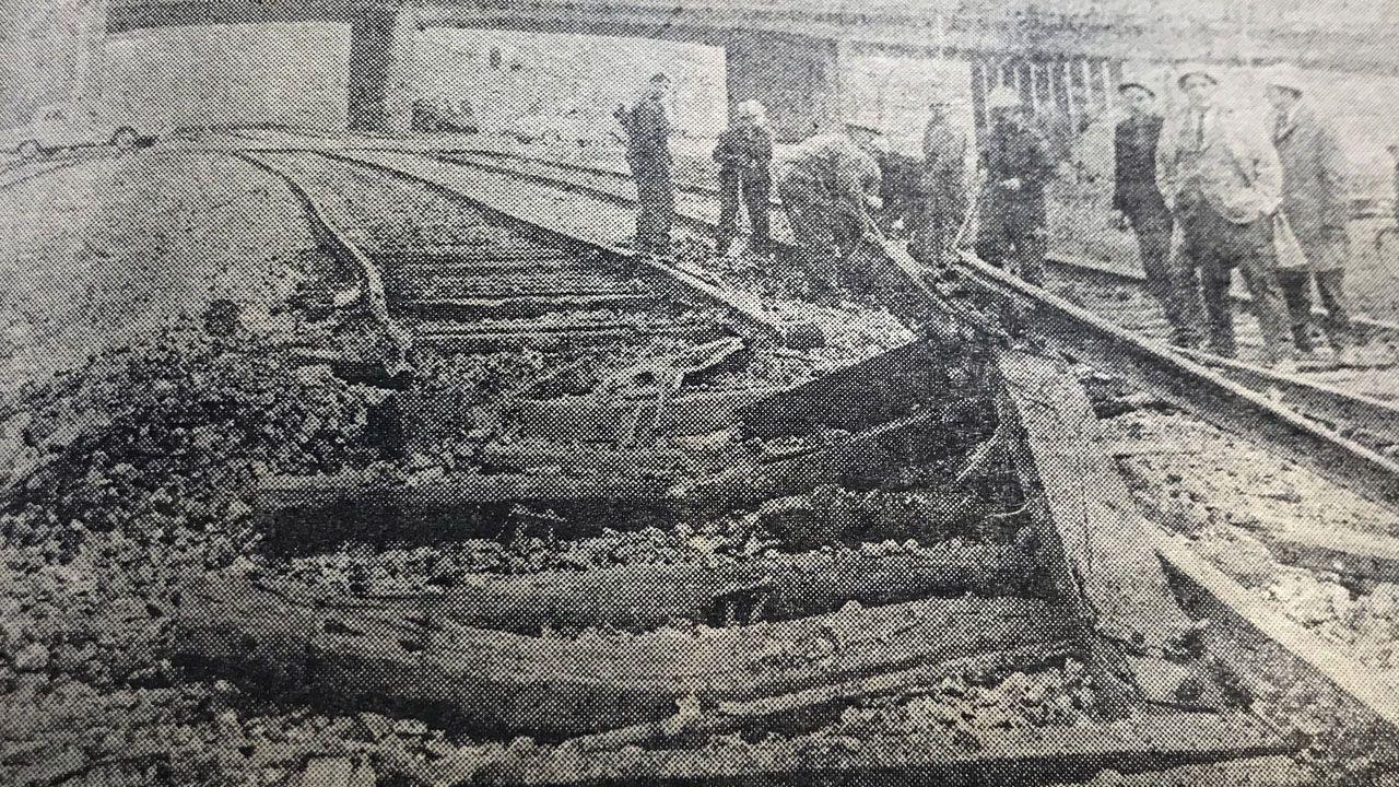 Estado en el que quedaron las vías en el interior de Ensidesa con la explosión del 6 de febrero de 1971, en una imagen publicada por La Voz de Asturias