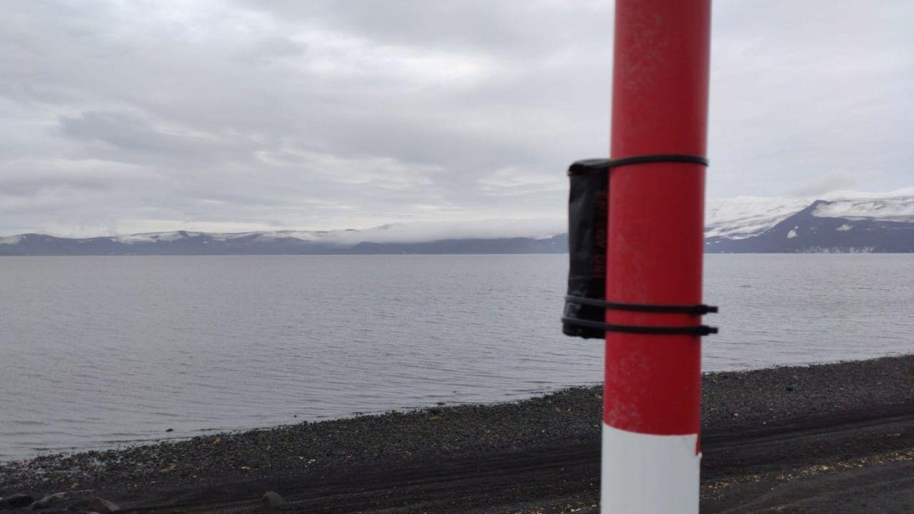 La cámara se instaló en un poste de la base Gabriel de Castilla y se orientó mirando hacia el norte para poder registrar el movimiento diario del sol