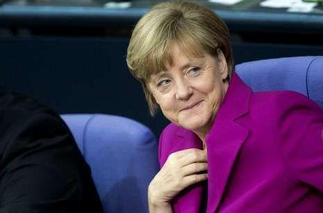 Merkel, que sonríe en el Bundestag, logró consolidar ayer la candidatura de Juncker. <span lang= es-es >M.Gambarini </span><span lang= es-es >efe </span>