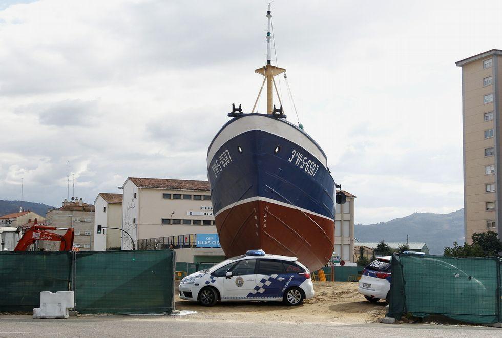La policía local vigila día y noche el viejo pesquero instalado en Coia mientras las movilizaciones vecinales se suceden.