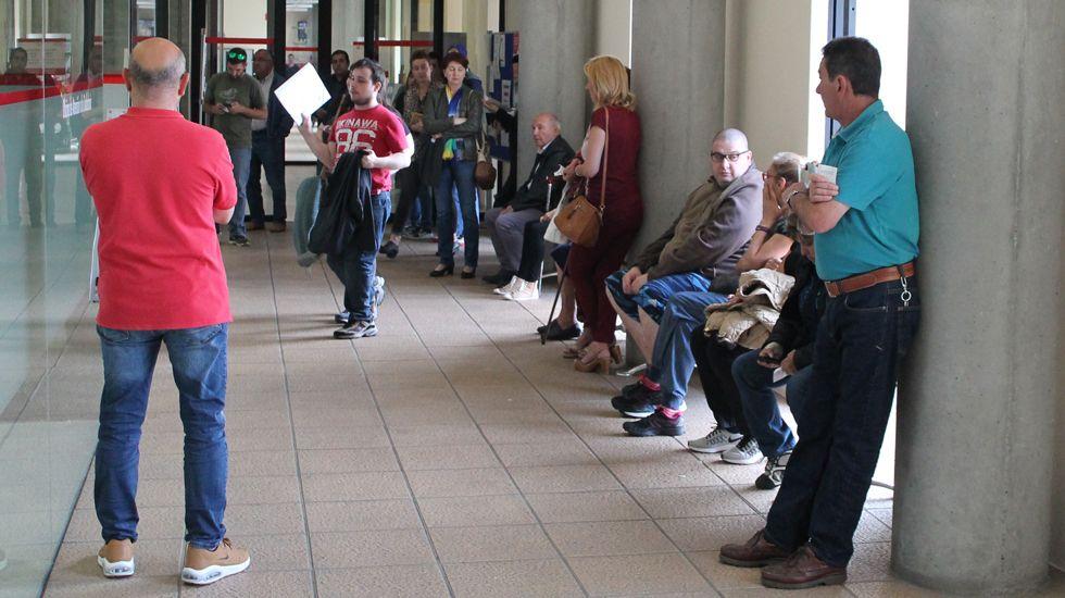 Colas ante el mostrador de Atención a la Ciudadanía del Centro Municipal de El Coto