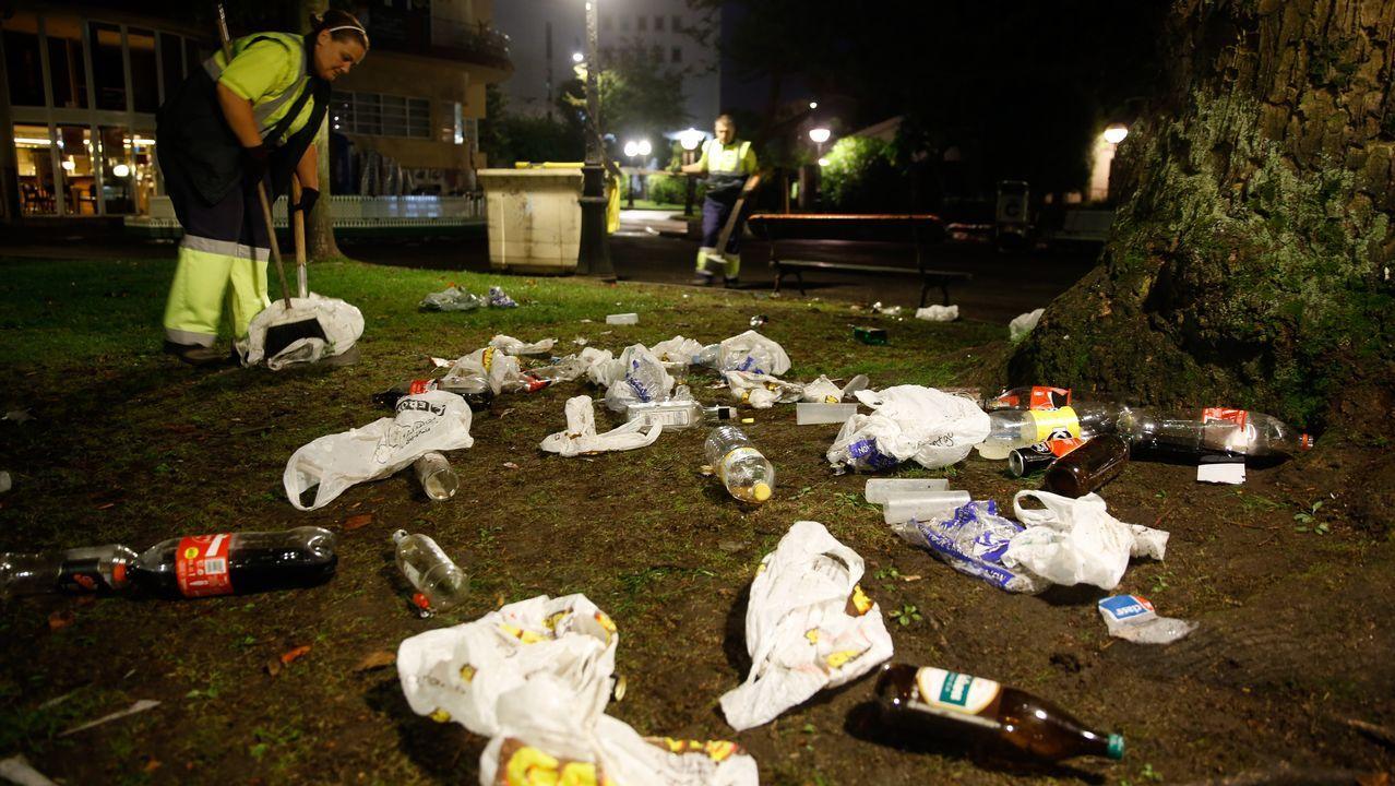 Operarios de limpieza en le botellón de los jardines de Méndez Núñez