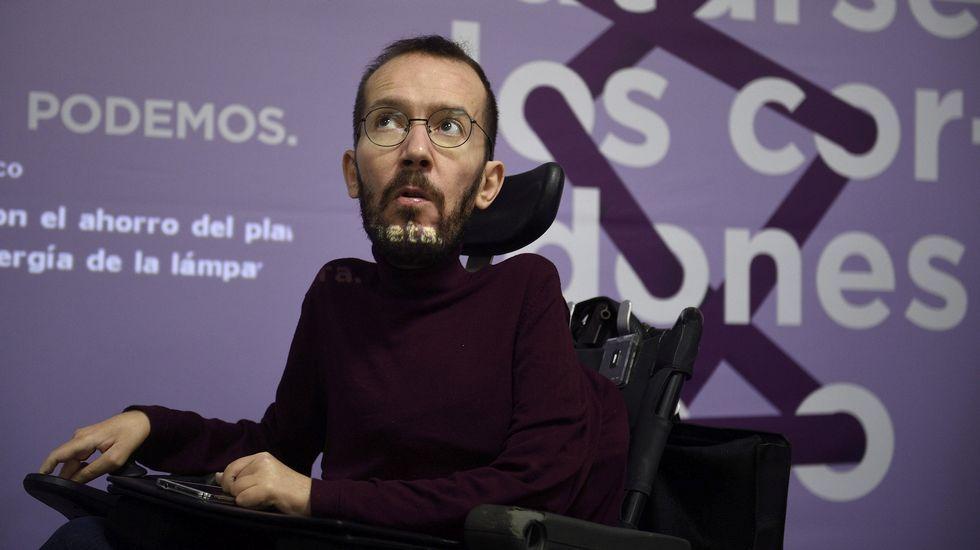 Iglesias propone que Vistalegre II se celebre los mismos días que el congreso del PP.Pablo Echenique, junto a dirigentes de Podemos Asturies en Mieres