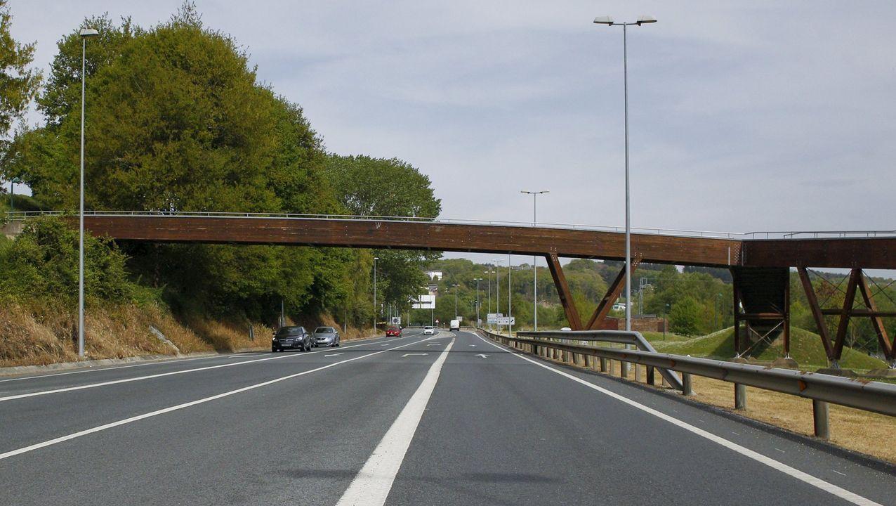Redada en la zona de ocio del Oviedo nocturno.En primer término el viaducto de Ruitelán, de la A-6 y que fue de la N-VI, y que estará cortado hasta la primavera, y arriba el de Samprón, que se usarán en doble sentido de circulación
