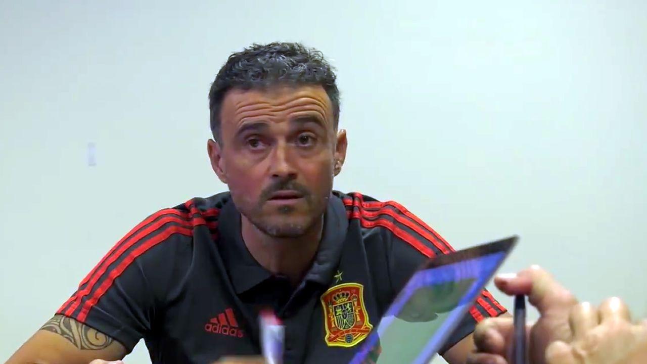 Luis Enrique da la primera lista de convocados.Jorge Mier celebra junto a la afición del Oviedo el triunfo ante el Cádiz