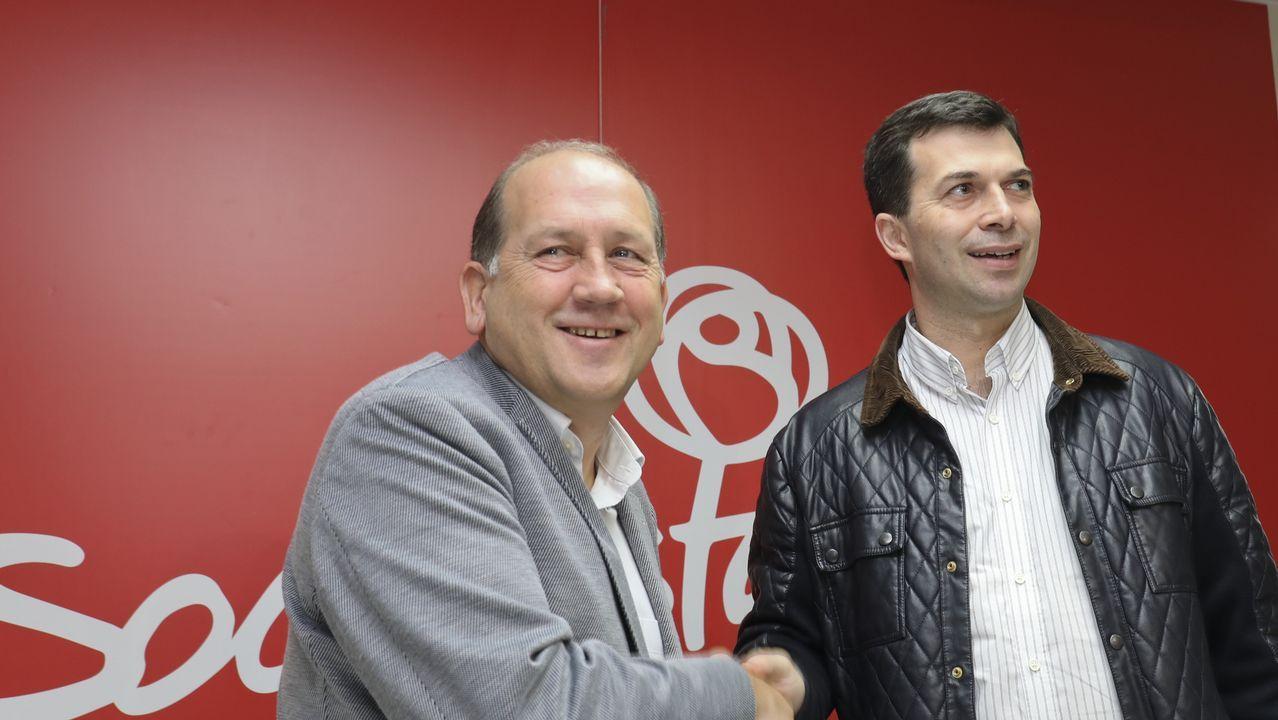 Roban el busto de Fraga de la Praza da Constitución de Vilalba.Leiceaga y Gonzalo Caballero, durante el anuncio de la fusión de sus candidaturas