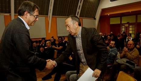 O alcalde de Carballo saúda a Lorenzo López baixo a ollada do público que acudiu ao Pazo.