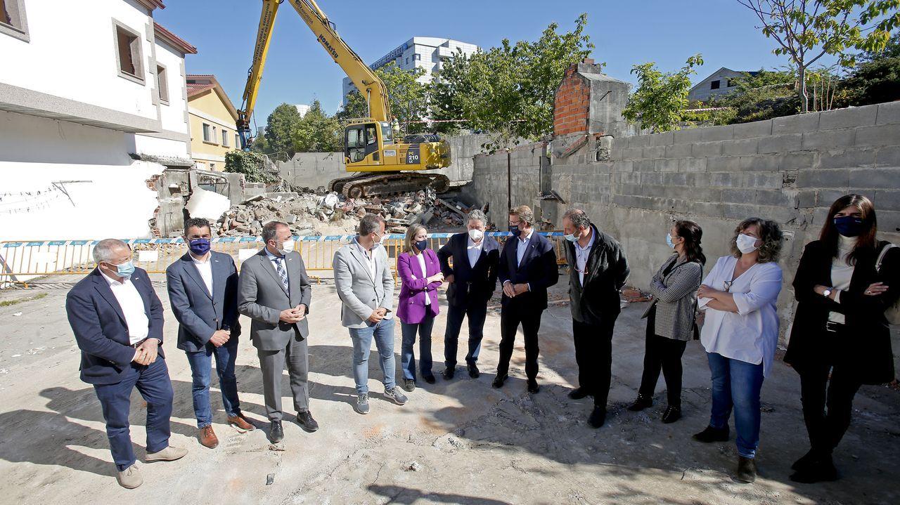 Las autoridades, ayer, en el inicio oficial de las obras del Gran Montecelo, en Pontevedra. Al fondo, el actual hospital