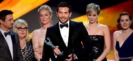 Actores del filme «La gran estafa americana», al recoger el premio del sindicato de actores estadounidenses al mejor elenco.