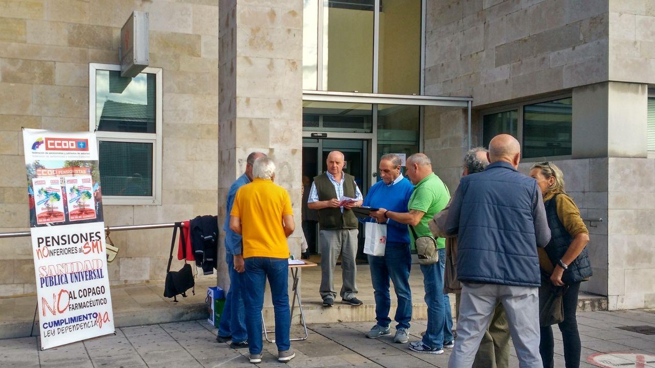 Recogida de firmas del sindicato de pensionistas de CCOO contra las listas de espera en el centro de salud de El Llano